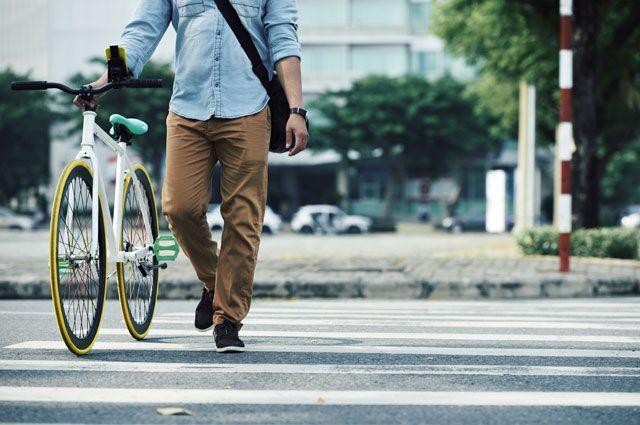 В ПДД чётко зафиксировано: на двухколёсных ТС нельзя передвигаться по пешеходному переходу, необходимо спешиться.