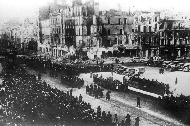 Военный парад в освобожденной от фашистской оккупации Варшаве.