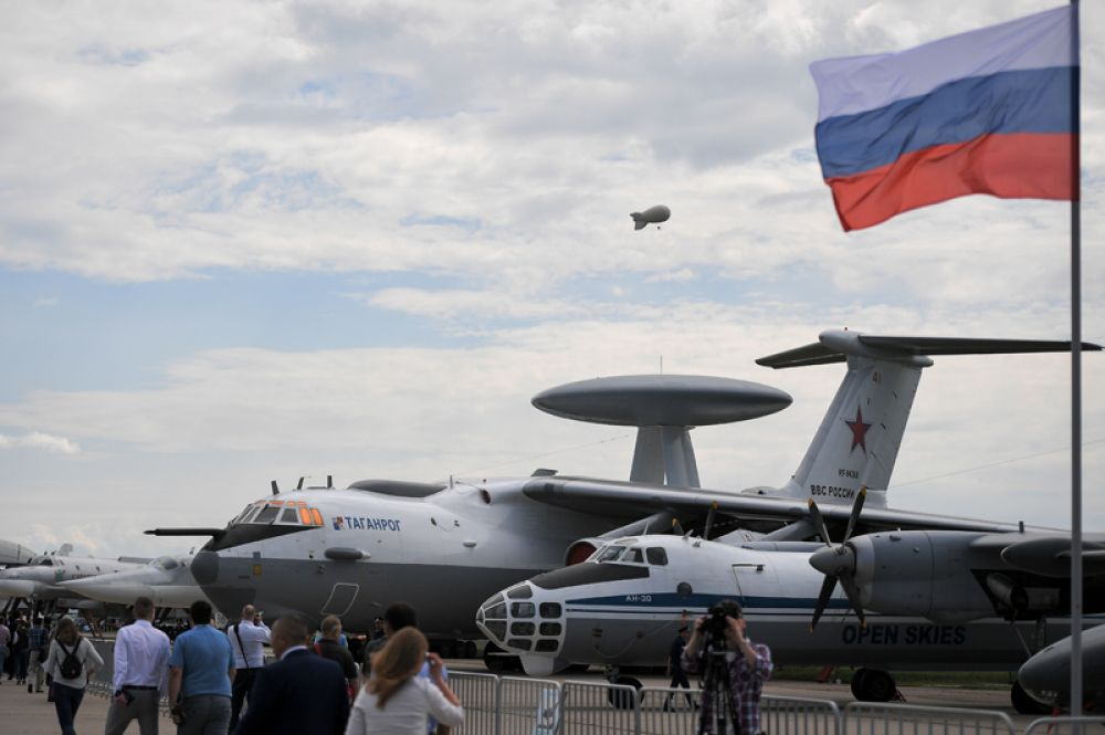 Самолёт воздушного наблюдения и аэрофотосъёмки Ан-30 и самолёт дальнего радиолокационного обнаружения и управления А-50У (справа налево).