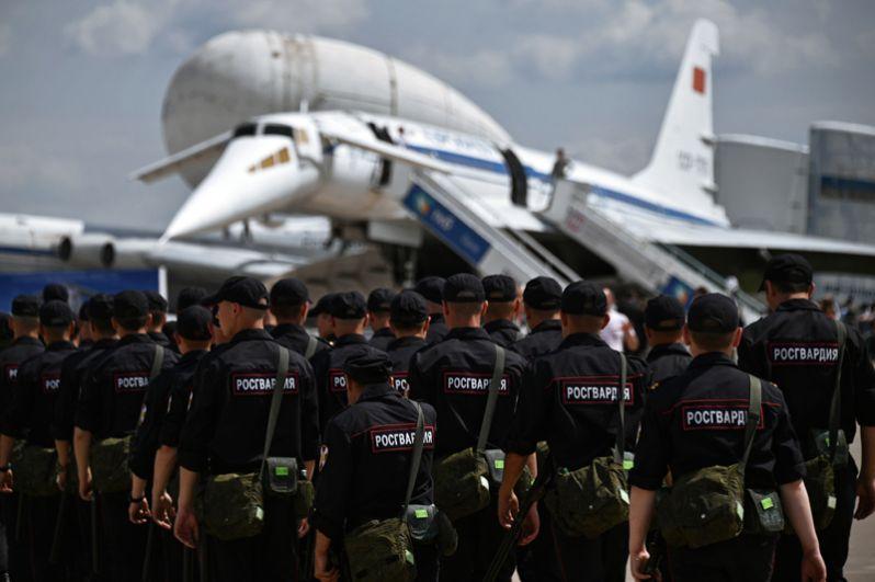 Сотрудники правоохранительных органов на Международном авиационно-космическом салоне МАКС-2017 в Жуковском.