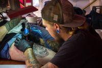 Конкурсные работы тату-мастера создавали прямо на фестивале.