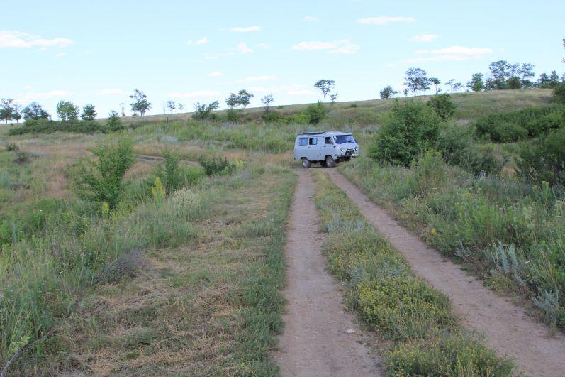 Длина экологической тропы около 30 км, лесные тропы мы преодолеваем пешком, а по сельским дорогам нас везут инспекторы природоохраны на служебной машине.