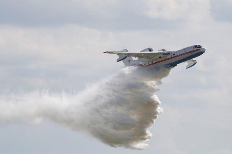 Самолёт-амфибия Бе-200 во время демонстрационных полетов на открытии Международного авиационно-космического салона МАКС-2017 в подмосковном Жуковском.