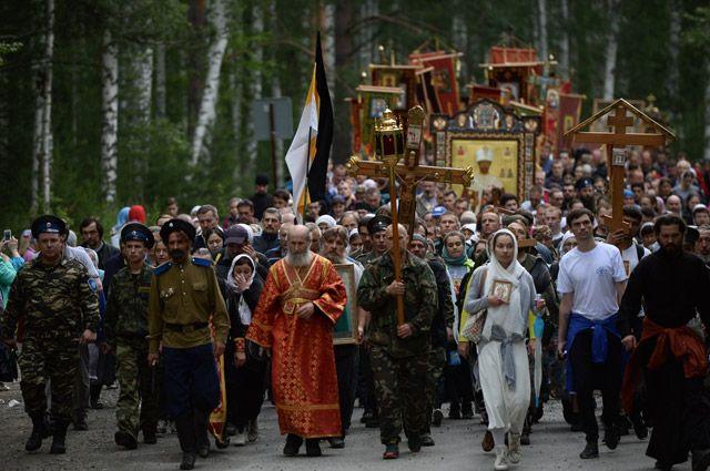 60 тыс. человек 4 часа пешком шли к Ганиной яме от места убийства семьи последнего императора России.