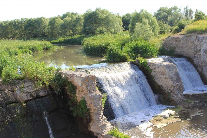 Мы преодолели реку Кундрючья вброд на автомобиле, проехали село Прохоровка. На левом берегу реки неожиданно нам открылся красивый вид со старой плотиной. Дамбу планируют восстановить. Здесь великолепное место для селфи туристов. На эти водные пороги - водопады - можно долго смотреть.