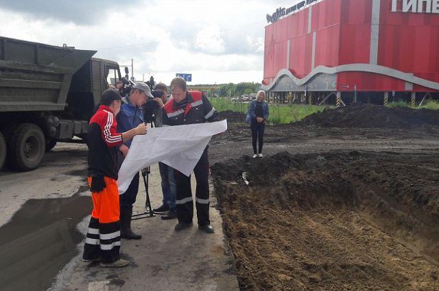Рабочие изучают проект третьего Малаховского кольца