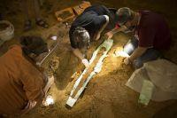 Извлечение меча из камеры в кургане Сновид.