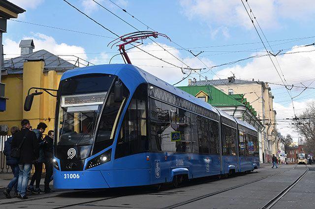 Трамвай нового поколения «Витязь-М» на остановке в Москве.
