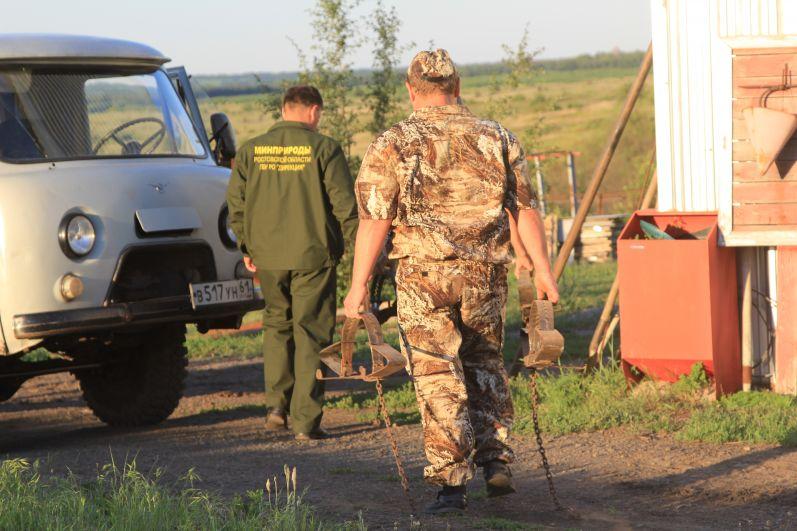 Инспекторы на охраняемой территории находят капканы, выставленные браконьерами.