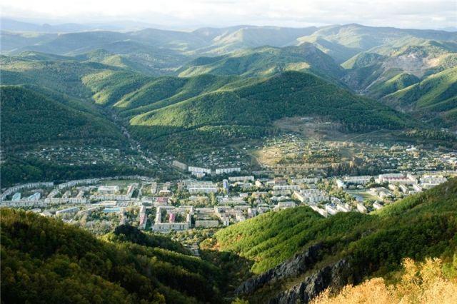 Раскинувшийся в распадке сети гор город получает поддержку краевых властей.