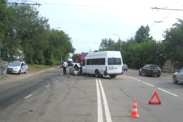 Полиция выясняет виновника аварии.