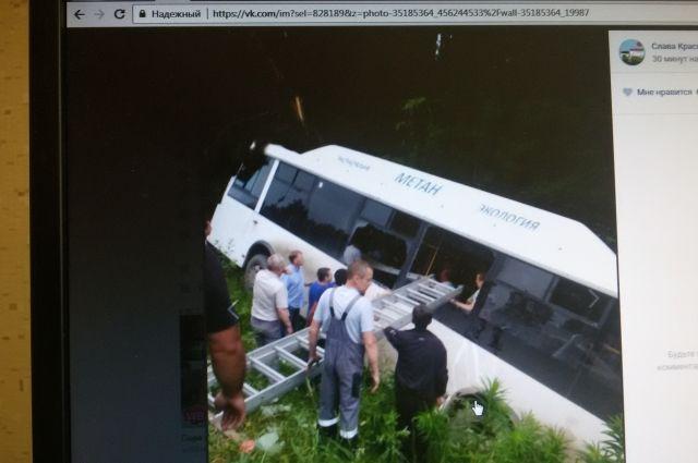 По предварительным данным у автобуса отвалилось колесо.