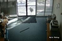 Козел бьет стекло на двери