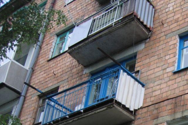 Житель Новотроицка сорвался с балкона, пытаясь попасть в свою квартиру.