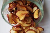 Сушёные яблоки можно хранить в стеклянных ёмкостях, но тогда их придётся время от времени приоткрывать.