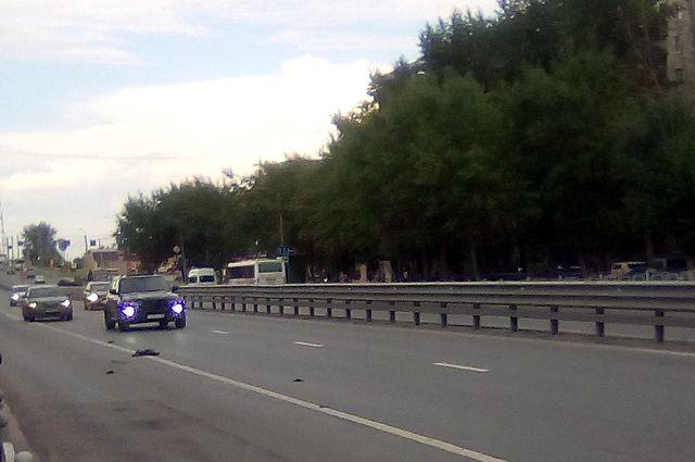 На «Пермяковском» мосту в Тюмени «разорвало» колесо переполненной маршрутки