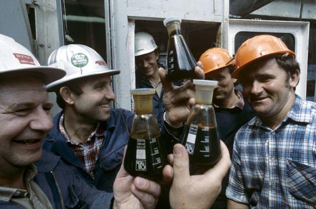 Нефтяное богатство стало проклятием? На фото: советские нефтяники.