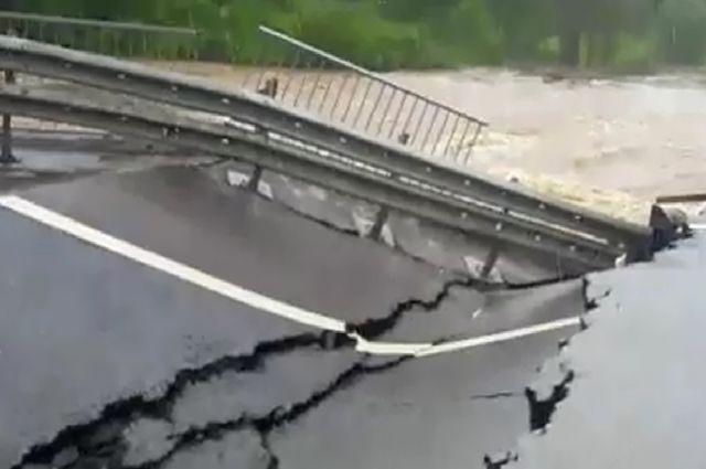 Мост не выдержал напора воды.