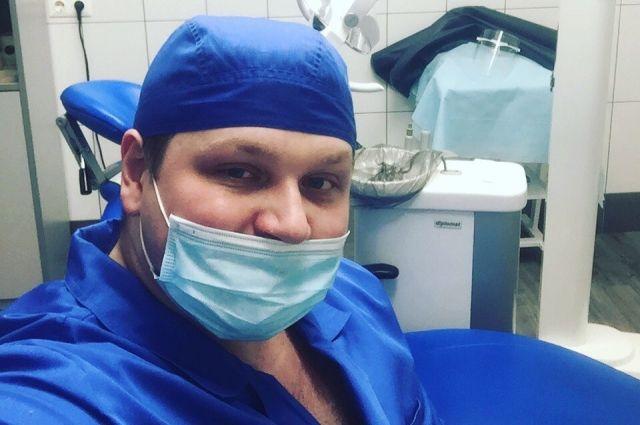 Мускулатура не мешает Дмитрию Силаеву лечить пациентов.