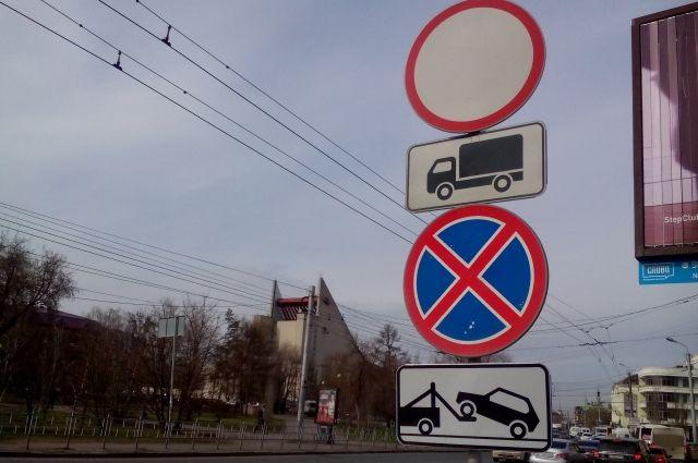 В Губкинском на дорожных знаках пристреливали оружие