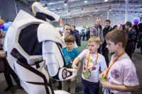 Общение с дроидом может вдохновить детей на занятие робототехникой.