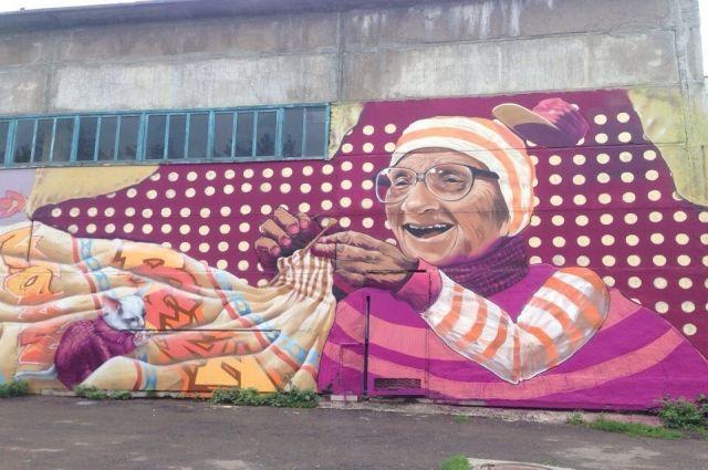 Огромный портрет бабушки рисовали 15 художников.