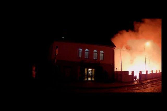 Огнем уничтожено более 100 торговых точек.