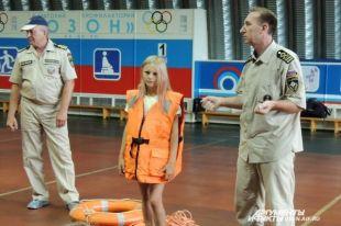 Примерить спасательный жилет хотели многие, но повезло только одной девочке.