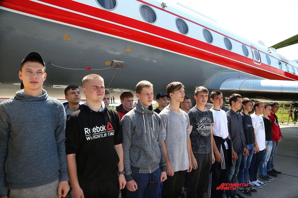 Абитуриенты на лётном поле у самолёта ТУ-134Ш