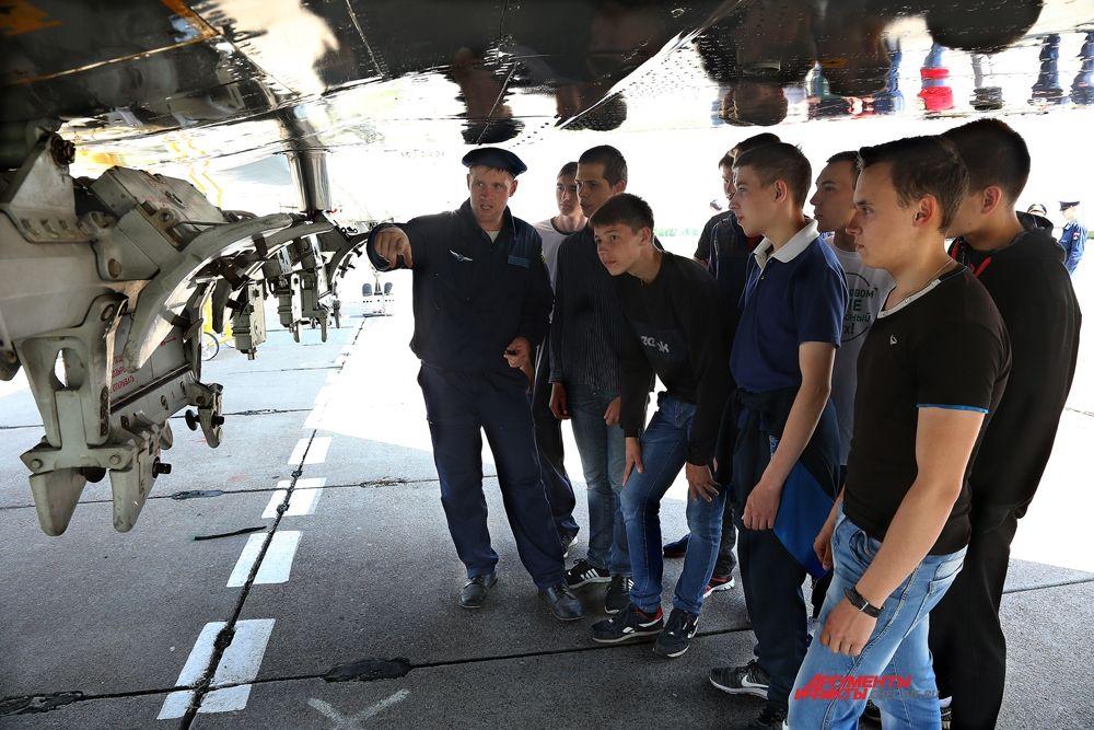 Техники демонстрируют  подвеску для бомб на ТУ-134Ш