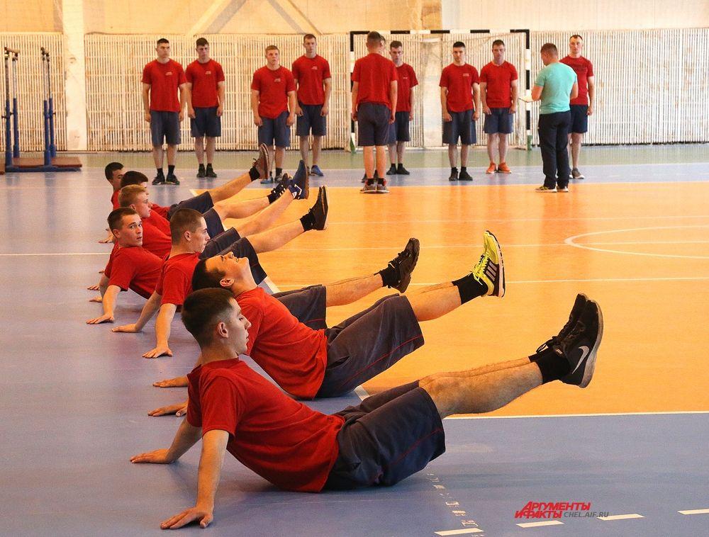 Занятия по физической подготовке в спортзале