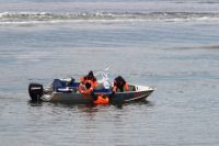 Спасатели попросили лодку у рыбаков и помогли женщине выбраться из воды.