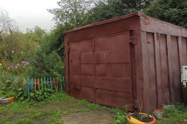 Отец и сыновья сушили овощную яму в гараже