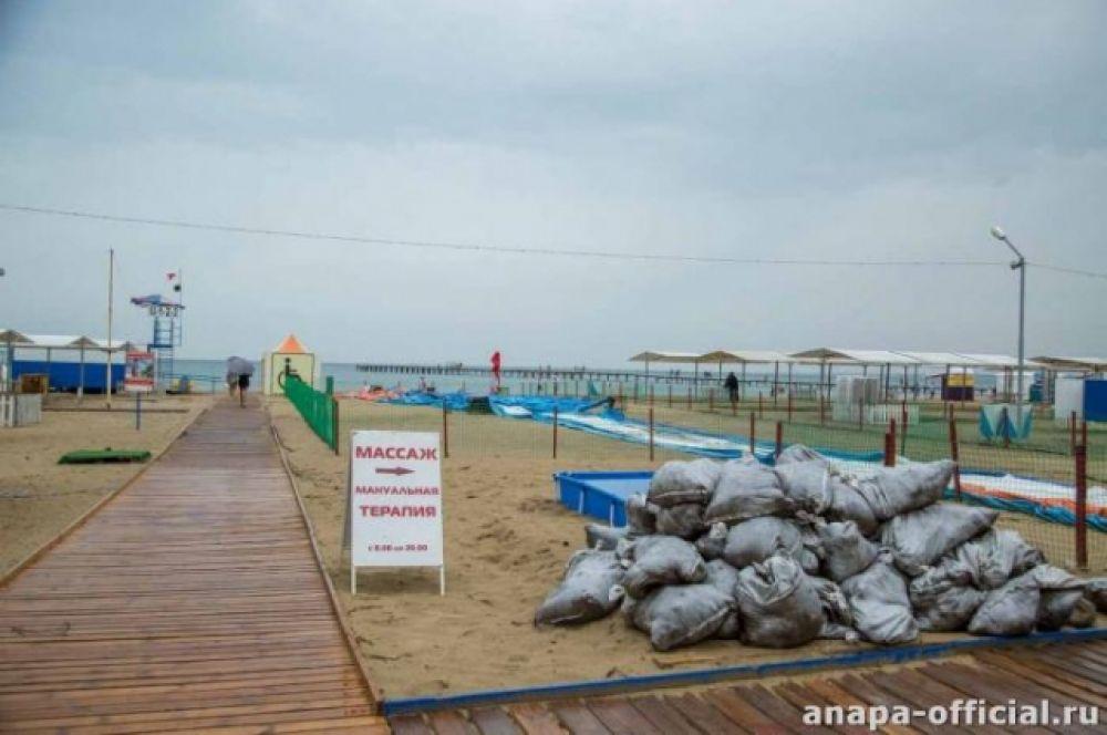 На пляжи завезли новый песок взамен того, который смыло дождем.