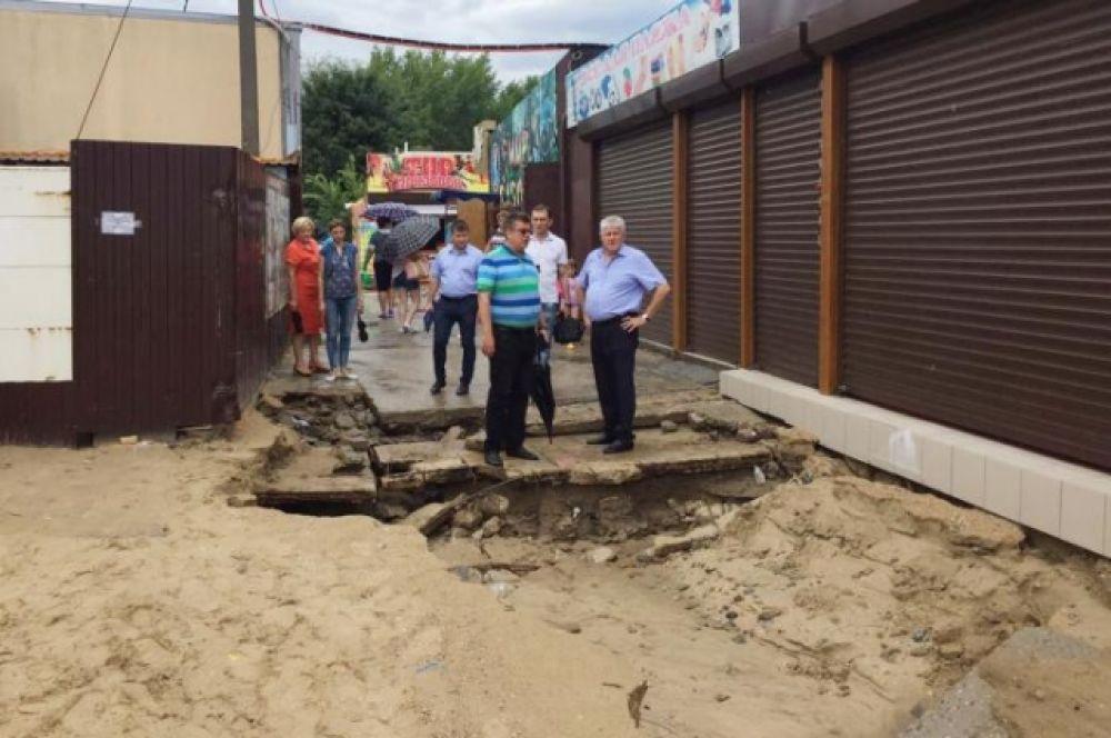 Глава Анапы Сергей Сергеев осматривает последствия стихии.