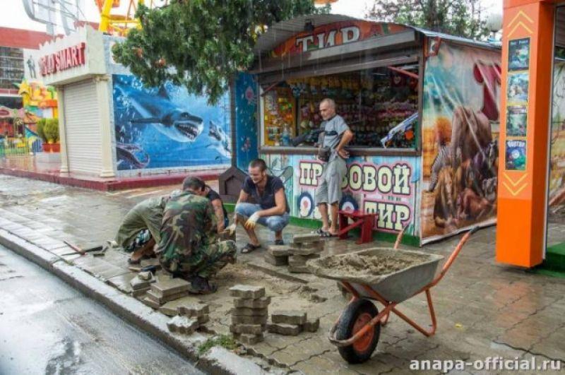 На некоторых улицах города пришлось заново перекладывать тротуарную плитку.
