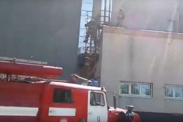 Березниковские подразделения пожарной охраны выехали тушить возгорание кровли бассейна.