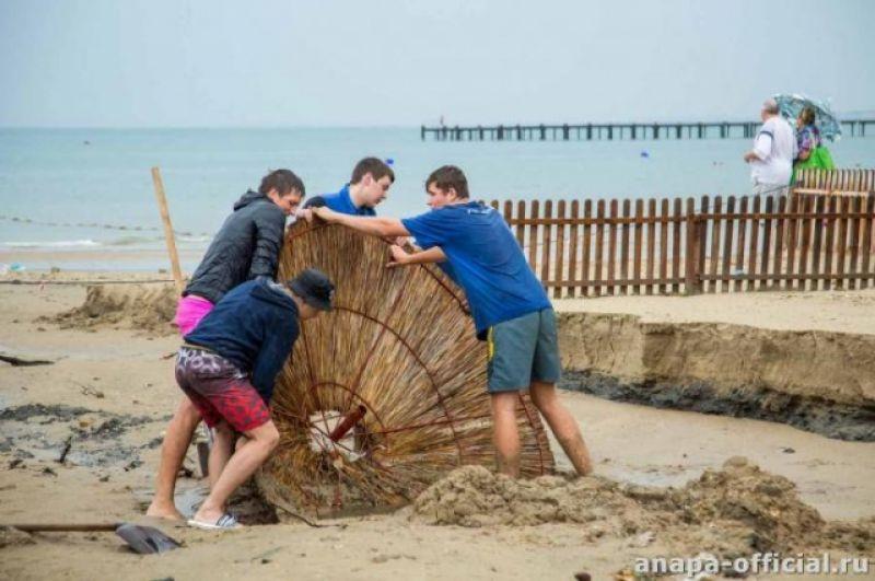 Ветер и сильный дождь сорвали с места различные конструкции, которые использовались на пляжах.