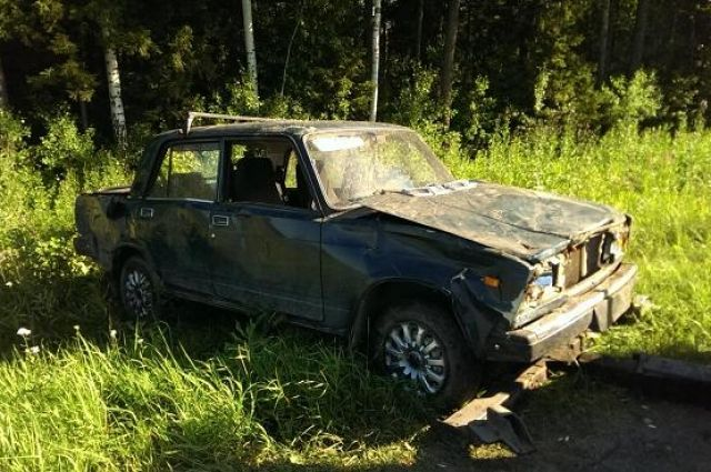 Машина опрокинулась в кювет, водитель получил травмы.