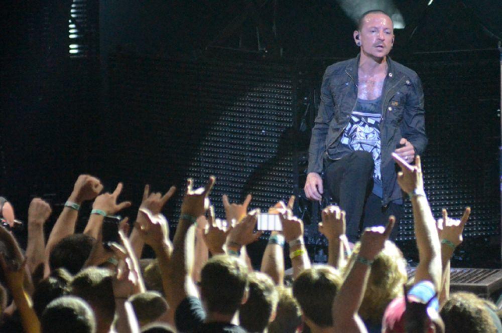 Выпустив дебютный альбом Hybrid Theory, группа продала более 30 миллионов копий.