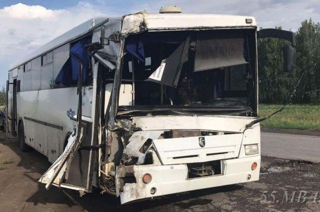 Автобус въехал в попутно двигавшуюся «газель».