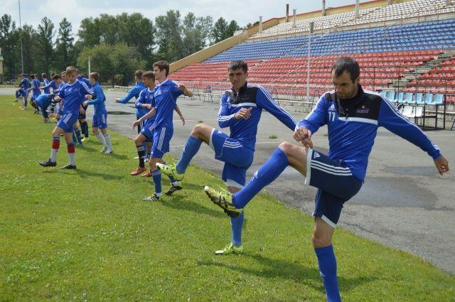 Смотря на Антона Багаева (на 1-м плане), юные игроки «Иртыша» тренируются с особым рвением.