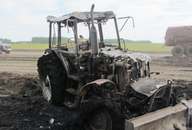 В Упоровском районе загорелся трактор