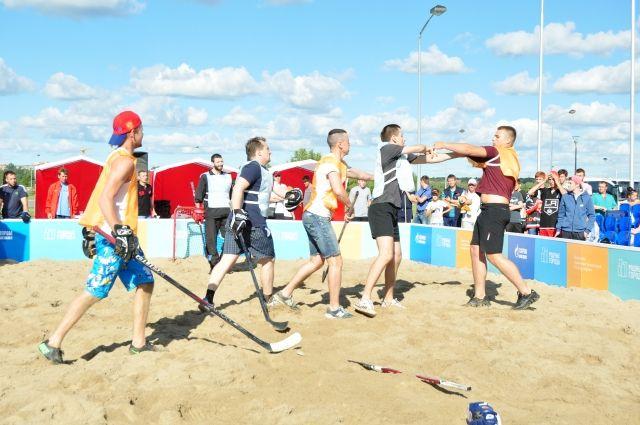 Турнир по хоккею на песке пройдёт на пляже.