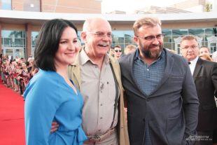 Агния Кузнецова, Никита Михалков и Михаил Пореченков на красной ковровой дорожке фестиваля.