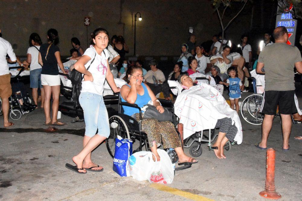 Люди перед больницей после землетрясения в курортном городе Бодрум.