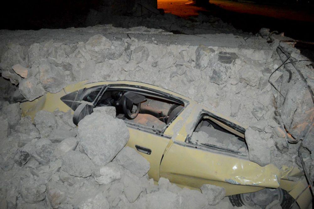 Заваленный автомобиль на острове Кос в Греции.