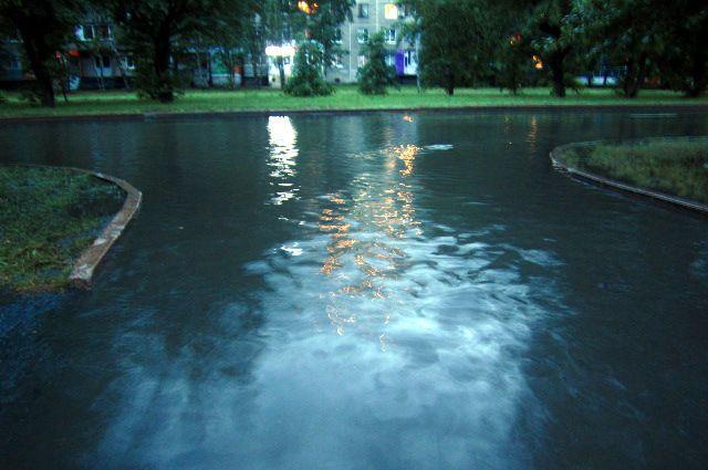 Холодная вода залила несколько тюменских улиц