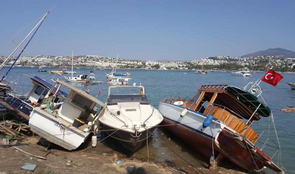 Затопленные лодки после землетрясения и цунами в курортном городе Гюмбет в Турции.