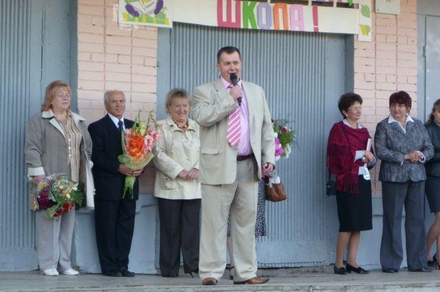 В течение 12 лет директор неизменно участвовал во всех школьных мероприятиях.
